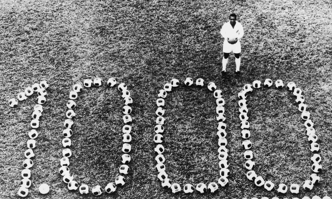 Pelé posa diante do número 1.000, depois de atingir a marca com um gol de pênalti feito no Vasco, em 1969 Foto: Keystone Features / Hulton Archive