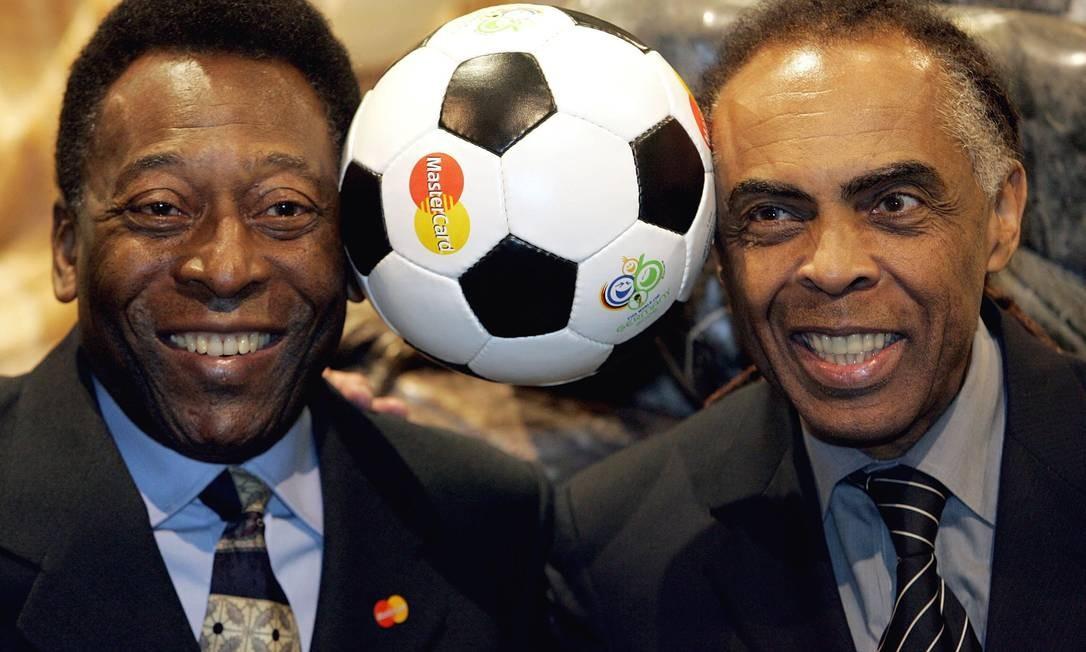 Pelé posa com o então Ministro da Cultura Gilberto Gil, na véspera do sorteio final da Copa do Mundo de futebol da Fifa de 2006 Foto: Franck Fife / AFP - 08/12/2005