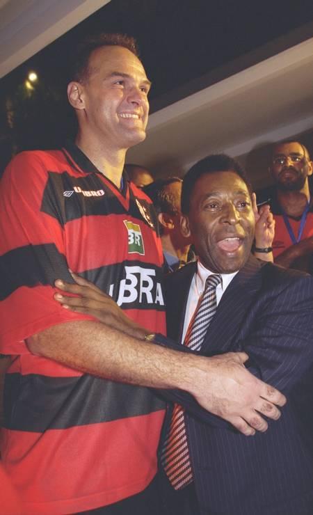 Pelé abraça Oscar Schmidt durante comemoração da conquista do bicampeonato estadual de basquete masculino, na Gávea, Zona Sul do Rio Foto: Ivo Gonzalez / Agência O Globo - 17/12/1999