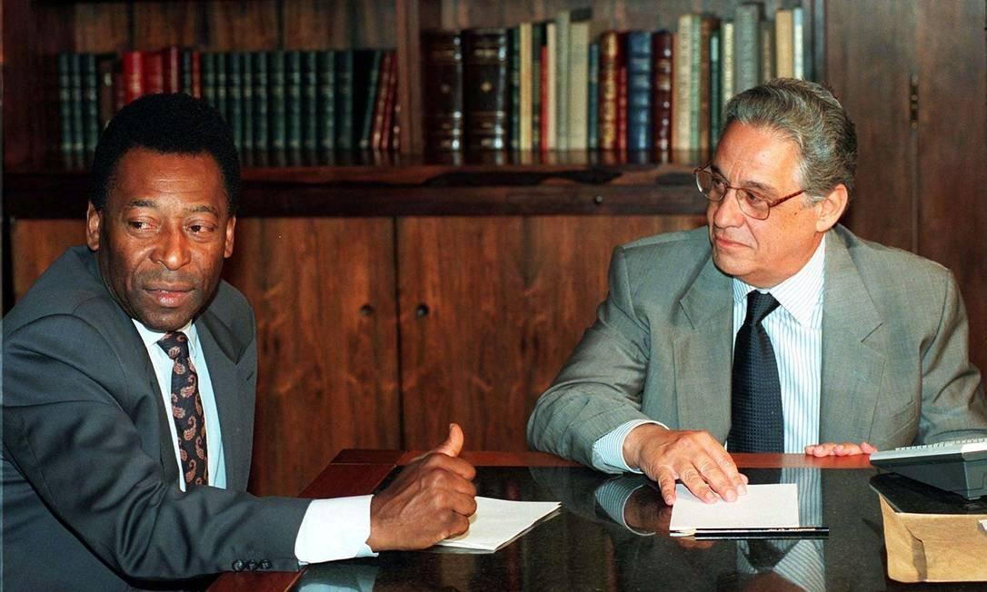 Nomeado em 1995, Pelé foi o primeiro ministro dos Esportes do país, pasta criada pelo então presidente Fernando Henrique Cardoso no primeiro ano de governo, com a nomeção de Edson Arantes do Nascimento. O principal legado foi a lei 9.615 de 24 de março de 1998, conhecida como Lei Pelé', que regulamenta o futebol brasileiro Foto: Ed Ferreira / Reuters - 06/08/1997