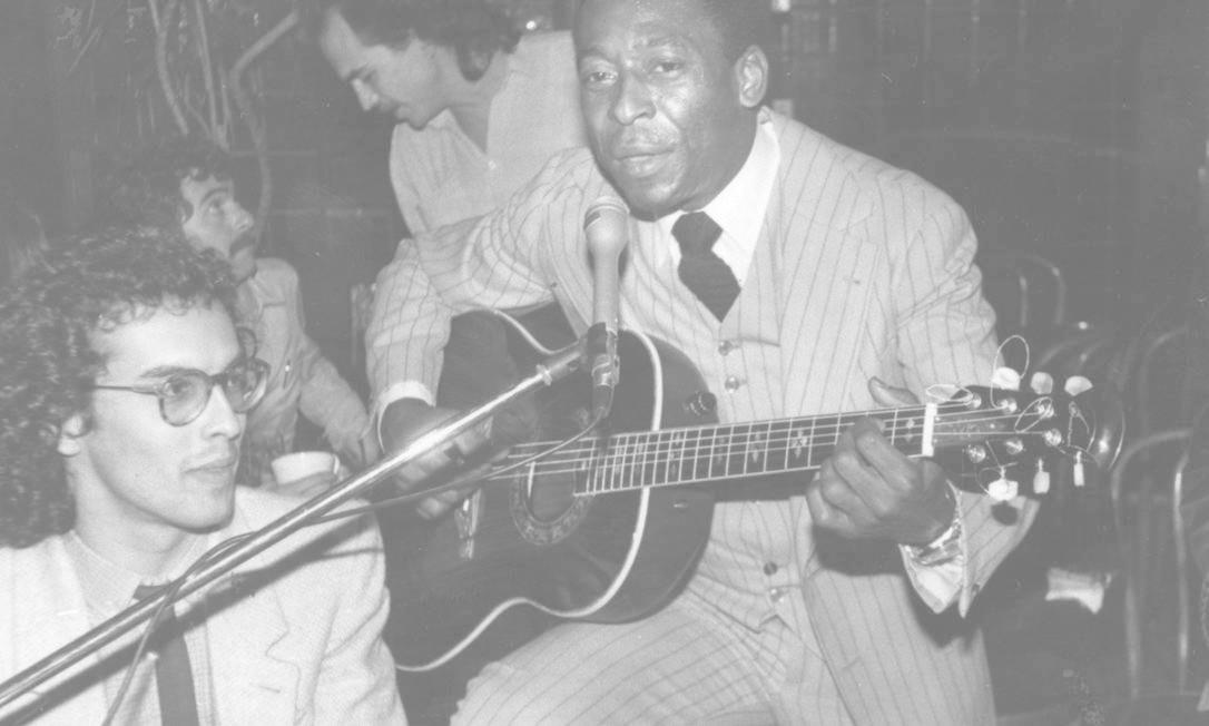 Pelé toca violão ao lado do músico e compositor Billynho Blanco Foto: Divulgação - 07/11/1981