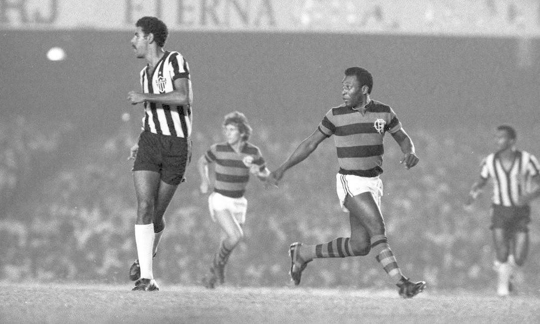 Pelé, que atuou profissionalmente apenas por dois clubes – Santos e Cosmos (Nova Iorque, Estados Unidos), vestiu a camisa do Flamengo em jogo beneficente, reforçando o time de Zico Foto: Sebastião Marinho / Agência O Globo - 06/04/1979