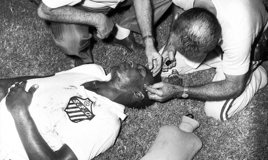 Pelé é atendido após sofrer um corte no supercílio, num choque com Fontoura, no empate entre Vasco 2 x 2 Santos, pelo Torneio Rio-São Paulo, no Maracanã Foto: Agência O Globo - 16/02/1963