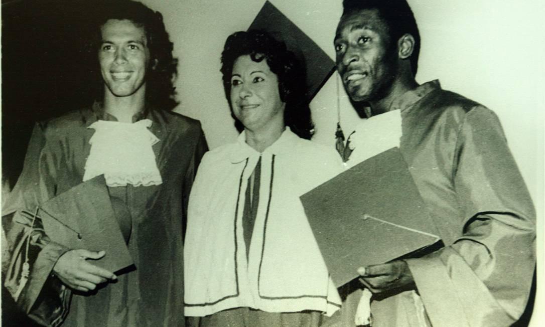 Pelé e o ex-goleiro Emerson Leão, na formatura do curso de Educação Física na Universidade Metropolitana de Santos (Unimes), em 1974 Foto: Reprodução / Alexandre Cassiano / Agência O Globo