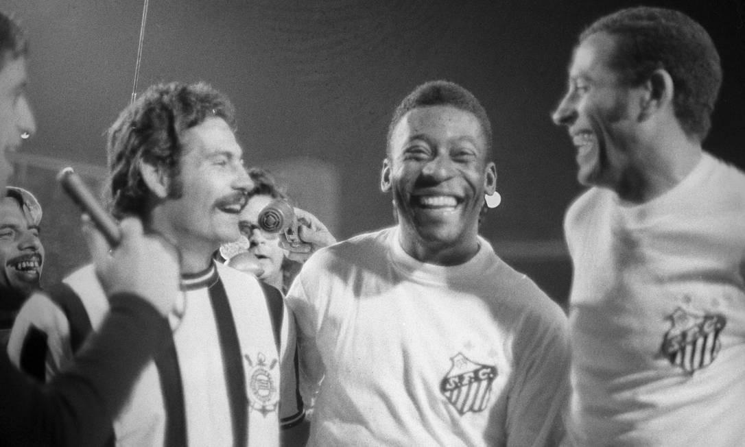 Pelé sorri ao lado de Rivelino Foto: Arquivo / Agência O Globo - 08/12/1968