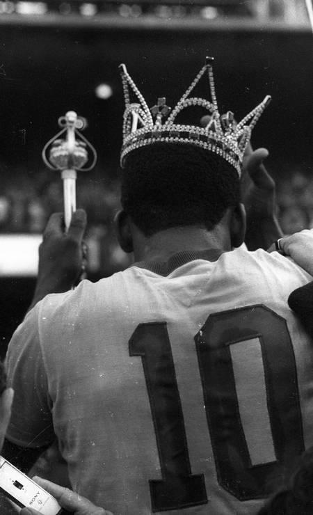 Pelé é coroado como rei, com coroa e cetro, em jogo de despedida da Seleção Brasileira, no amistoso com a Áustria, que terminou em 1 a 1, no Morumbi, em São Paulo Foto: Arquivo / Agência O Globo - 10/07/1971