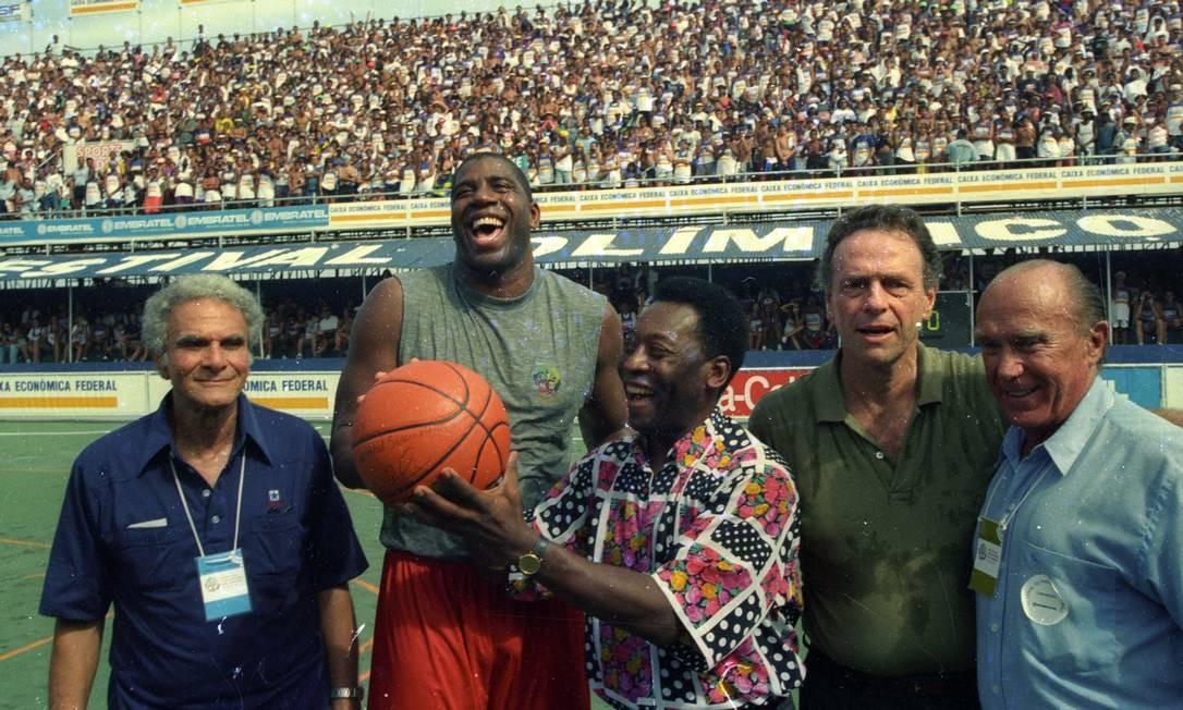 Magic Johnson, jogador de basquete, e Pelé, na praia de Copacabana. As lendas do esporte trocaram Foto: Jorge William / Agência O Globo - 05/02/1995