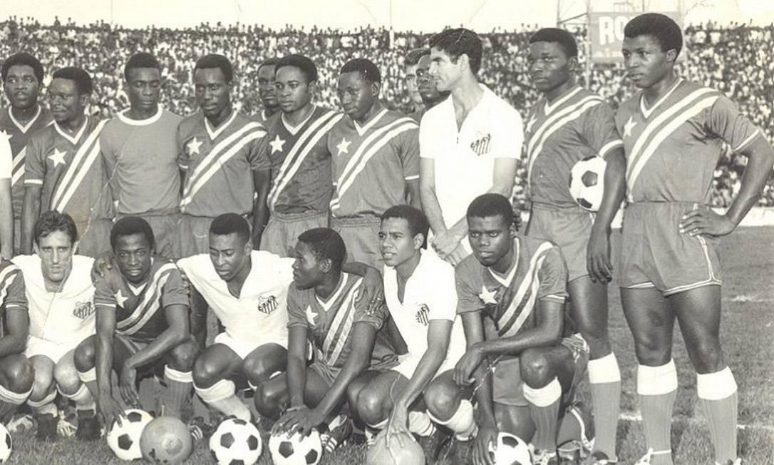 Pelé (agachado) posa com o Congo Brazzaville. A presença do time do Santos no Congo, em 1969, parou a guerra civil no país por três dias Foto: Arquivo