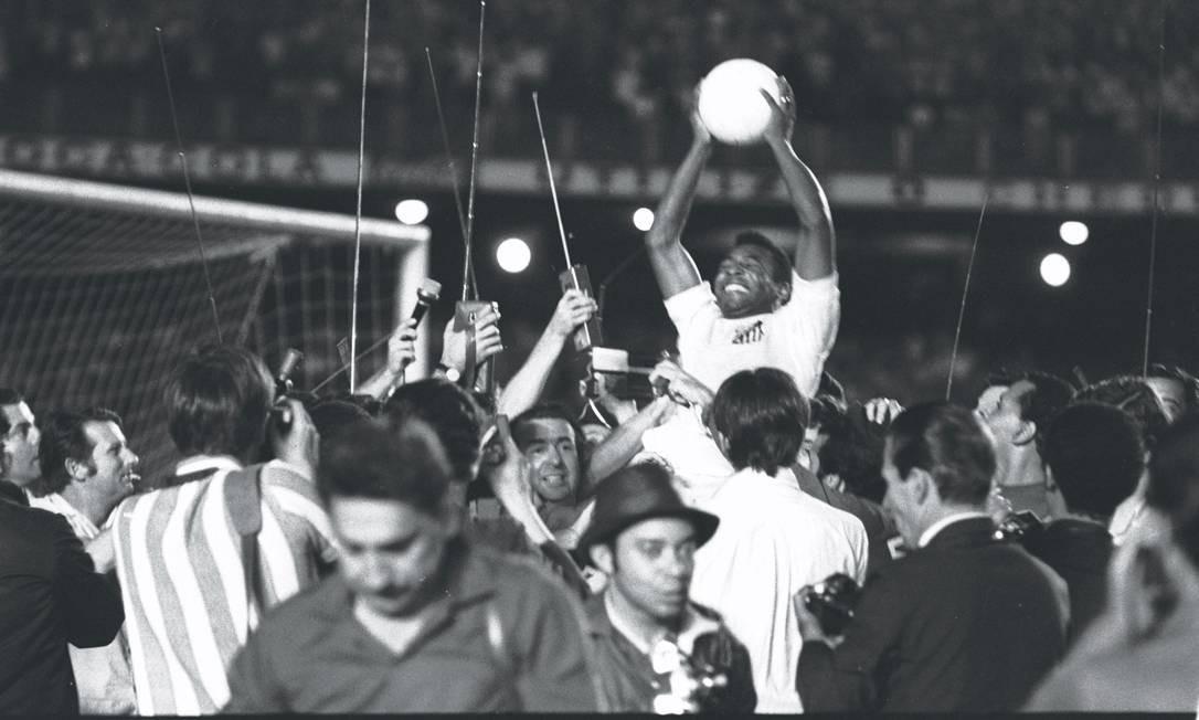 Pelé comemora milésimo gol depois da vitória de 2 a 1 sobre o Vasco da Gama, no Maracanã Foto: Arquivo - 19/11/1969