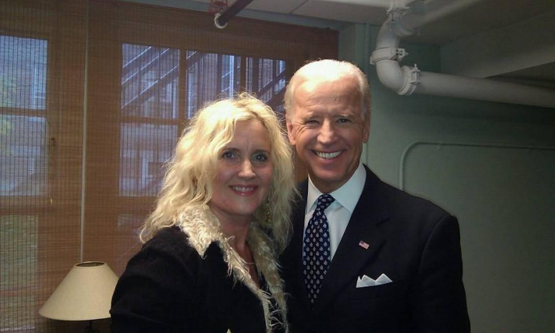 """Kriss Blevens e o então vice-presidente Joe Biden: ' """"Amigável, engraçado e adora bater papo."""" Foto: Arquivo pessoal"""