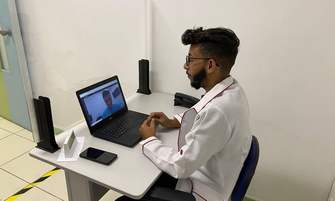 Em atendimento remoto, aluno de Psicologia da Estácio orienta paciente. Foto: Divulgação