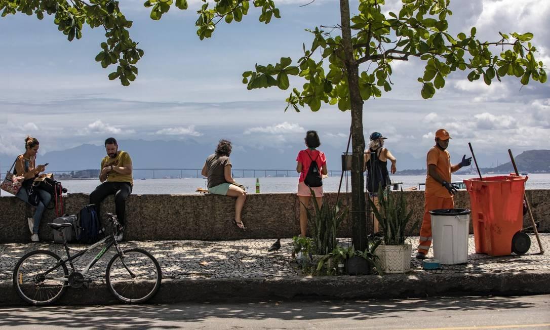 Mureta da Urca: local é um dos preferidos a céu aberto dos cariocas, mas há desrespeito ao distanciamento e ao uso obrigatório de máscaras Foto: Ana Branco em 17-10-2020 / Agência O Globo