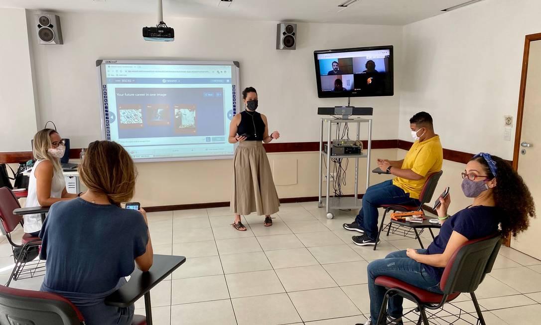 Em sala, professora e alunos do Ibeu conversam com estudantes em casa: câmera, microfone e alto-falantes aprimoram interação Foto: Divulgação / Ibeu