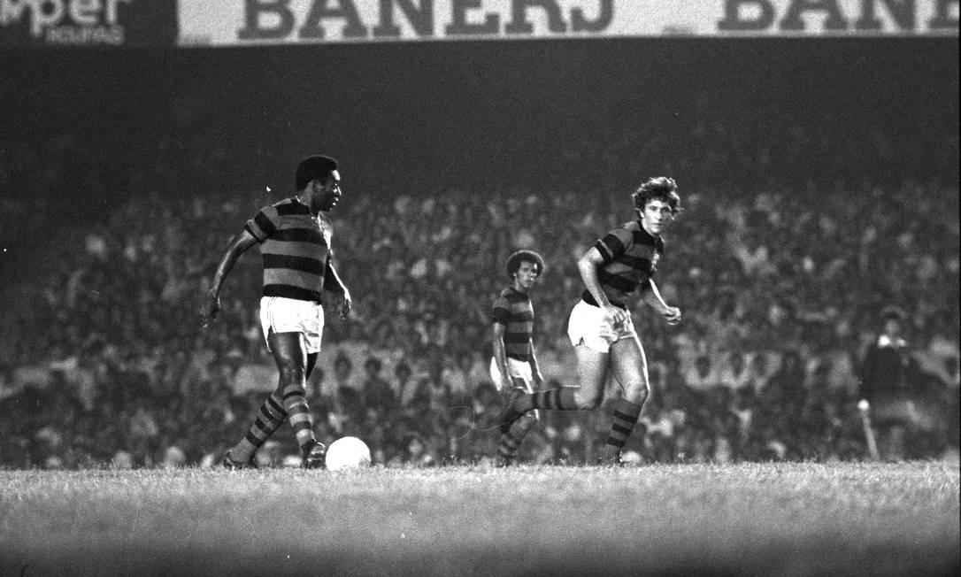 Zico e Pele em ação contra o Atlético-MG, em 1979 Foto: Sebastião Marinho / Agência O Globo