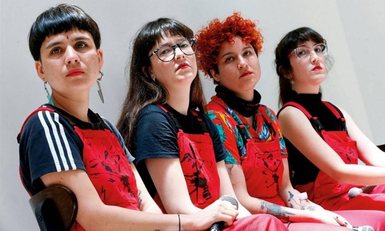 Daffne Valdés, Sibila Sotomayor, Lea Cáceres e Paula Cometa, fundadoras do coletivo feminista Lastesis, que criou a performance 'Um violador em seu caminho' Foto: Rodrigo Garrido / Reuters