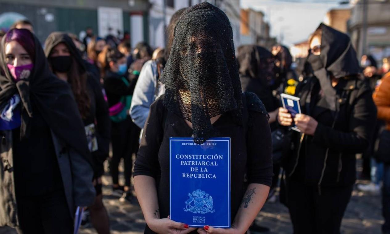 Integrantes do coletivo Lastesis convocam manifestação para defender nova Constituição para o Chile e 'enterrar' carga magna elabora nos anos de ditadura Foto: ADRIANA THOMASA / AFP