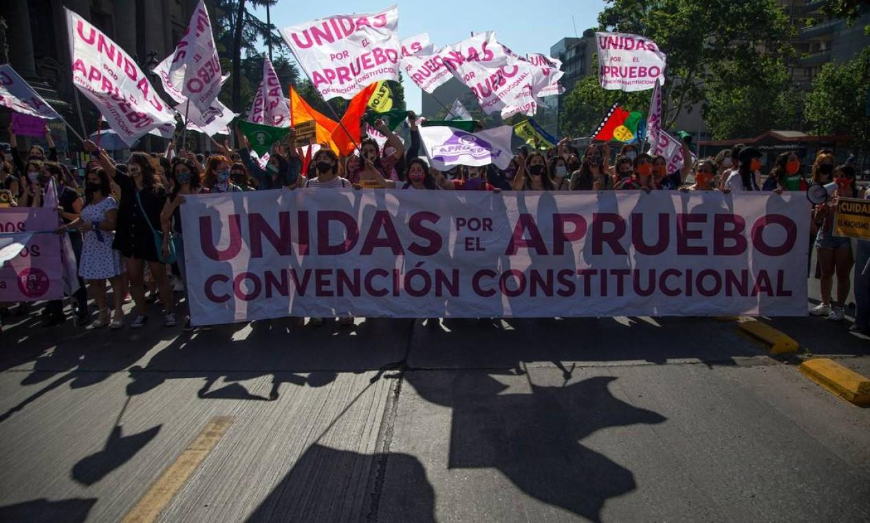 Grupo de mulheres defende aprovação de mudanças na Constituição chilena, estabelecida na ditadura do general Augusto Pinochet, em protesto no centro de Santiago, capital do país. Neste domingo (25), população votará em plebiscito para decidir se carta magna será alterada Foto: CLAUDIO REYES / AFP