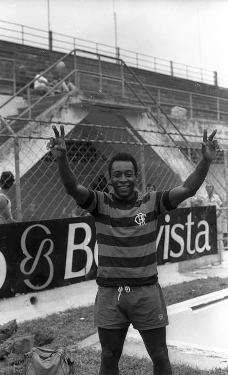 Com a camisa rubro-negra, Pelé treina na Vila Belmiro para o jogo amistoso entre Flamengo e Atlético-MG, em benefício dos flagelados da enchente em Minas Gerais Foto: Iugo Koyama / Agência O Globo