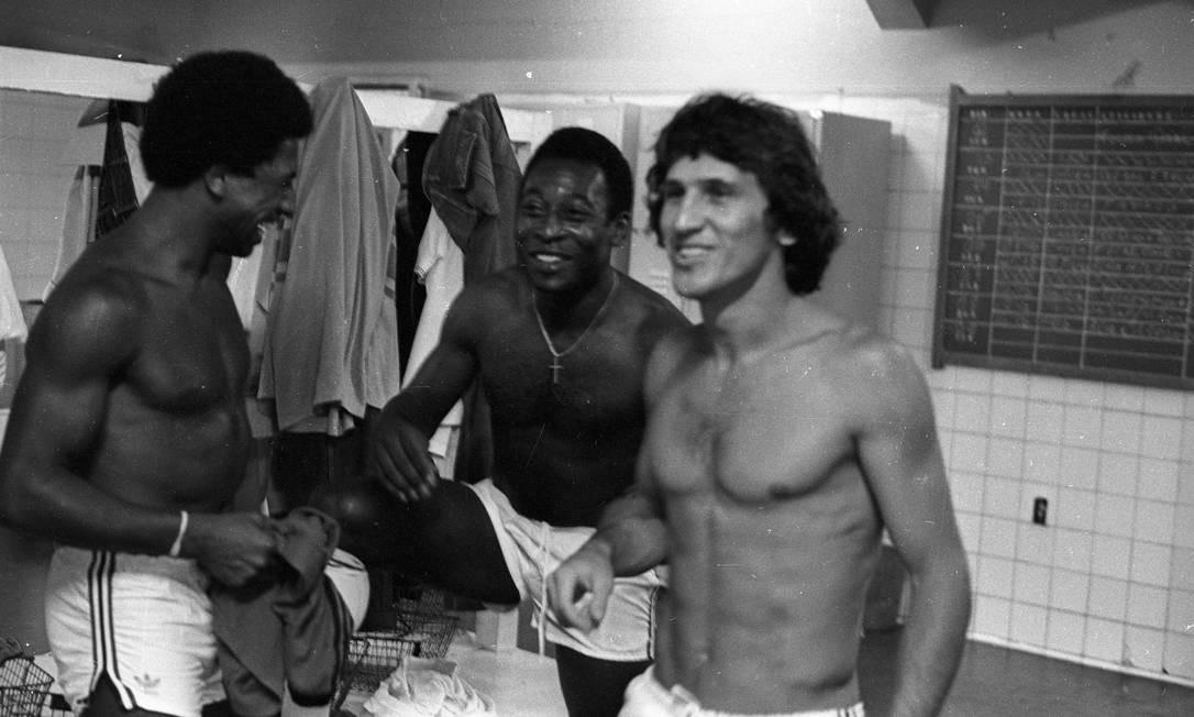 Pelé e Zico no vestiário, durante treino para jogo beneficiente em que o Rei do Futebol vestiu a camisa do Flamengo Foto: Sebastião Marinho / Agência O Globo