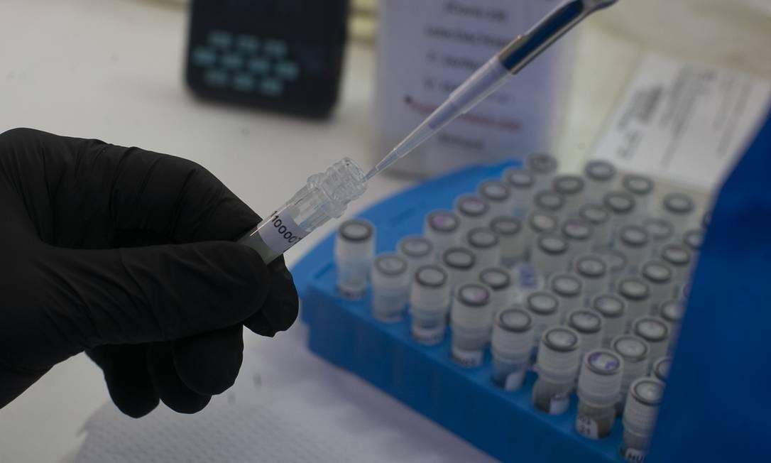 Material sendo preparado para teste de Covid-19 no Laboratório de Virologia Molecular da UFRJ Foto: Márcia Foletto/Agência O Globo/27-08-2020