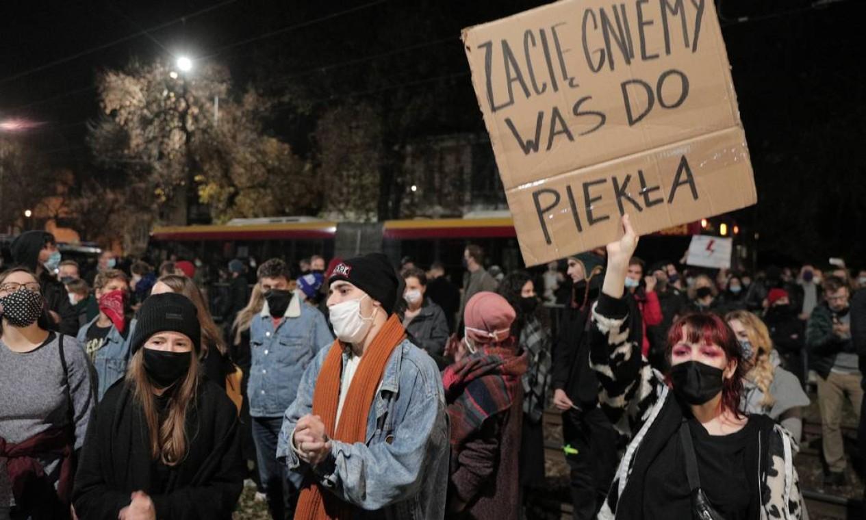 """""""Nós vamos te trazer para o inferno"""", diz cartaz de manifestantes que protestam contra decisão do máximo tribunal polonês Foto: Jedrzej Nowicki/AGENCJA GAZETA / via REUTERS"""