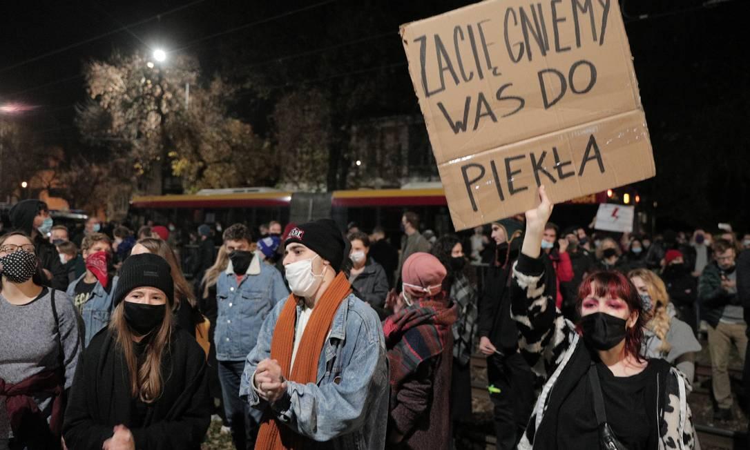 Manifestantes protestam contra decisão do máximo tribunal polonês Foto: Jedrzej Nowicki/AGENCJA GAZETA / via REUTERS