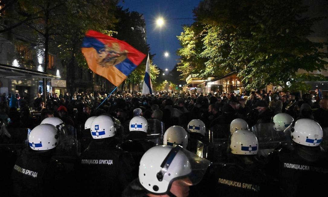 Policiais sérvios se posicionam em frente a grupos de extrema direita durante protesto contra o festival 'Mirdita-Dobar Dan', organizado por grupos liberais da Sérvia e Kosovo, em Belgrado, capital da Sérvia. As forças policiais impediram dezenas de apoiantes de extrema direita de interromper a abertura do evento que se destina a promover a reconciliação e um melhor entendimento entre a Sérvia e Kosovo Foto: ANDREJ ISAKOVIC / AFP