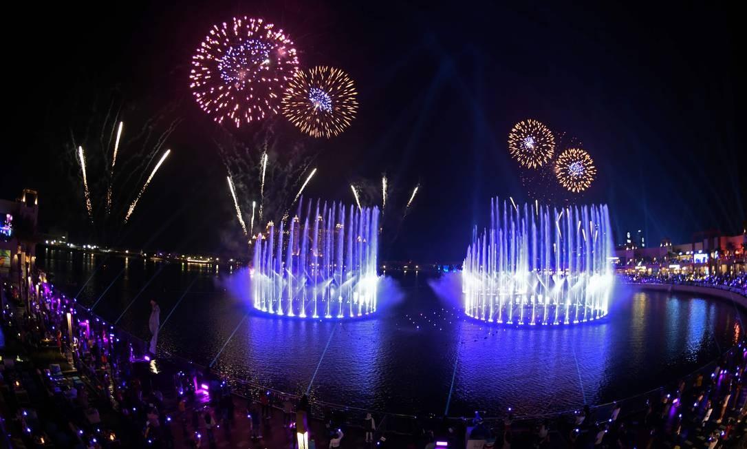 Dubai lança o Palm Fountain em uma tentativa de entrar para o Guinness Book como a maior fonte do mundo, em Palm Jumeira. Espalhado por mais de 1300 metros quadrados de água do mar, o super atirador de fontes tem 105 metros de altura e ganha vida com mais de 3mil luzes LED Foto: KARIM SAHIB / AFP