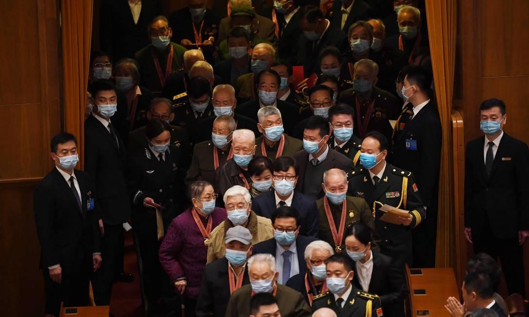 Veteranos chegam ao Grande Salão do Povo de Pequim para uma cerimônia que marca o 70º aniversário da entrada da China na Guerra da Coreia Foto: NOEL CELIS / AFP