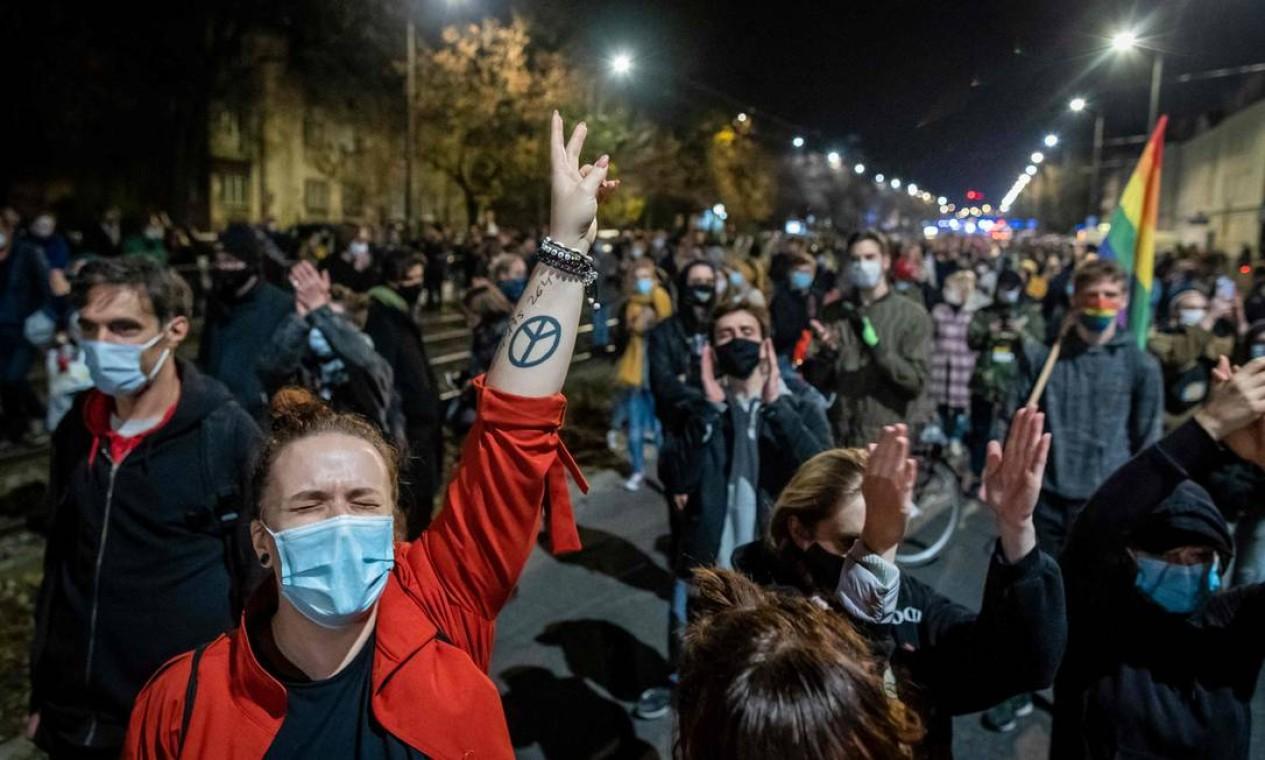 Manifestantes foram às ruas de várias cidades da Polônia na noite desta quinta-feira depois que o Tribunal Constitucional decidiu que o aborto devido à má-formação fetal é inconstitucional Foto: WOJTEK RADWANSKI / AFP
