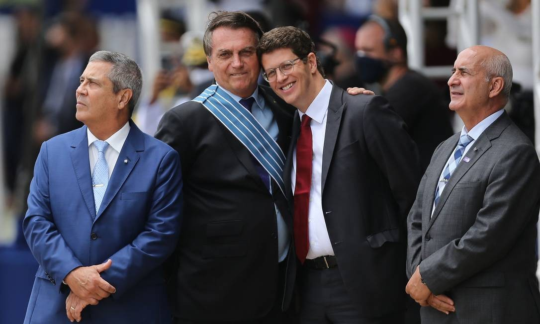 Bolsonaro participa da cerimônia de comemoração do Dia do Aviador e da Força Aérea Brasileira na Base Aérea de Brasília 21/10/2020 Foto: Jorge William / Agência O Globo