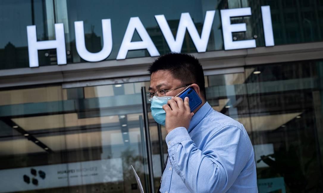 Huawei: receita começa a sentir as sanções aplicadas pelo governo Trump. Foto: NICOLAS ASFOURI / AFP