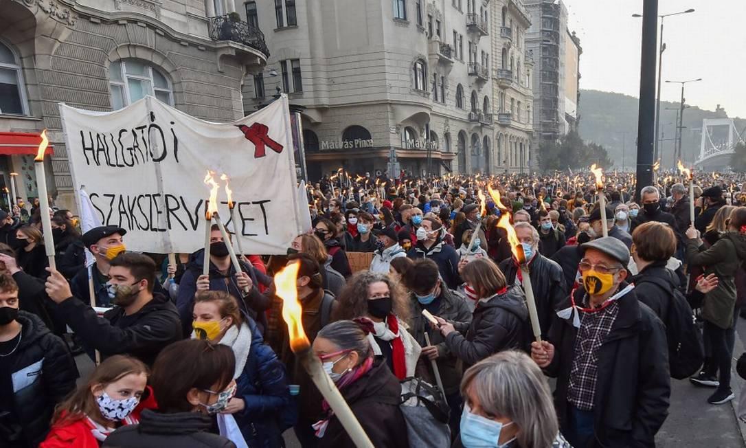 Estudantes protestam contra os avanços de Viktor Orbán contra a Universidade de Teatro e Artes Cinematográficas de Budapeste; banner diz: Sindicato dos Estudantes Foto: ATTILA KISBENEDEK / AFP