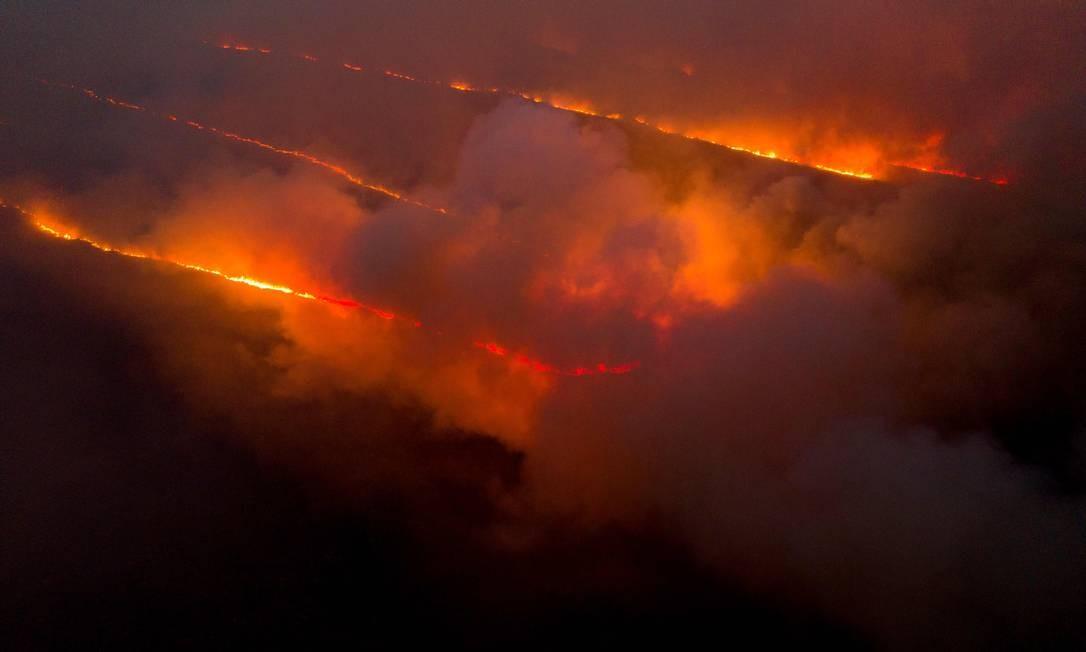 Vista aérea de um incêndio no Parque Nacional da Chapada Diamantina, entre as cidades de Andaraí e Mucugê, na Bahia, no início de outubro de 2020: em seus 152 mil hectares, região preserva áreas da Mata Atlântica, do Cerrado e da Caatinga Foto: MATEUS MORBECK/AFP