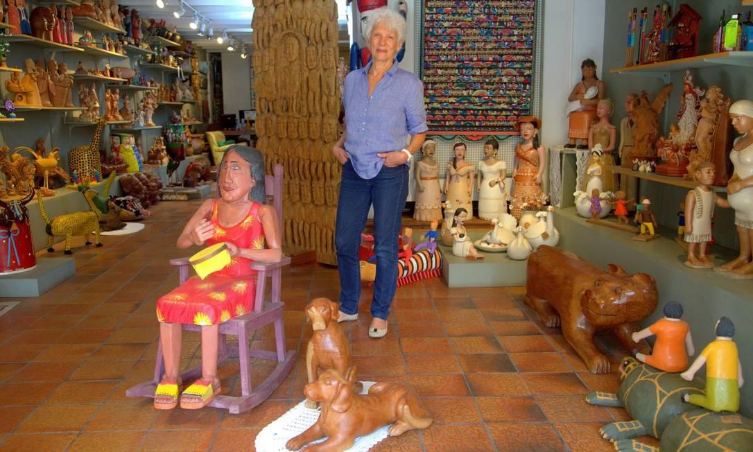 Ana Maria Chindler, proprietária da Galeria Pé de Boi, reúne trabalhos de mais de cem artistas populares brasileiros Foto: ROBERTO MOREYRA / Agência O Globo