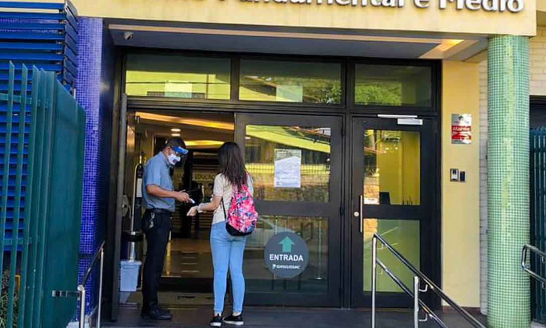 Controle de temperatura na entrada dos alunos no GayLussac Foto: Divulgação / Instituto Gay Lussac