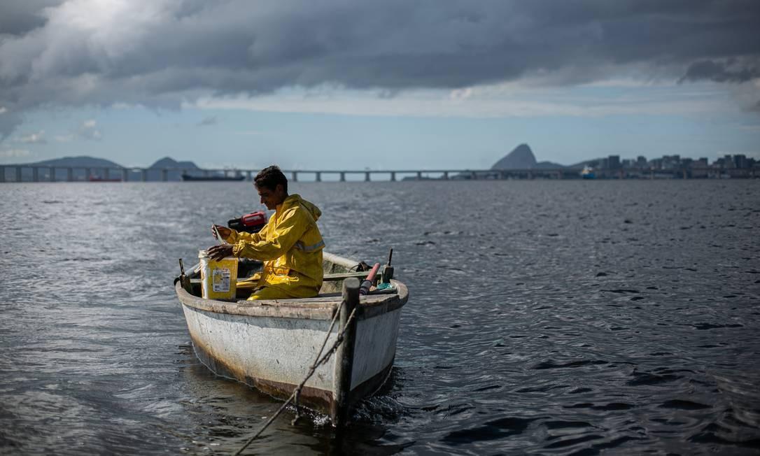 Um dos pescadores mais ativos do local, André Monteiro, de 52 anos, ainda sai com seu pequeno barco a motor todas as madrugadas, por volta das 3h30 Foto: Hermes de Paula / Agência O Globo