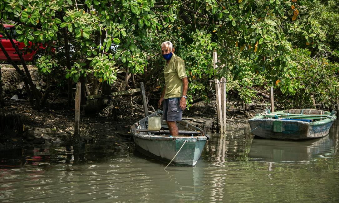 """Pescadores artesanais contam que viram, ao longo dos anos, desapareceram diversas espécies de pescado: """"Era muito peixe. Era só amarrar a rede e ir puxando na beira"""", lembra Paulo Sérgio de Menezes, 55 anos de pesca Foto: Hermes de Paula / Agência O Globo"""