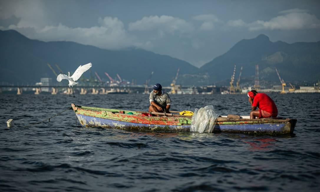 Pescadores artesanais travam batalha diária para se manter Foto: Hermes de Paula / Agência O Globo