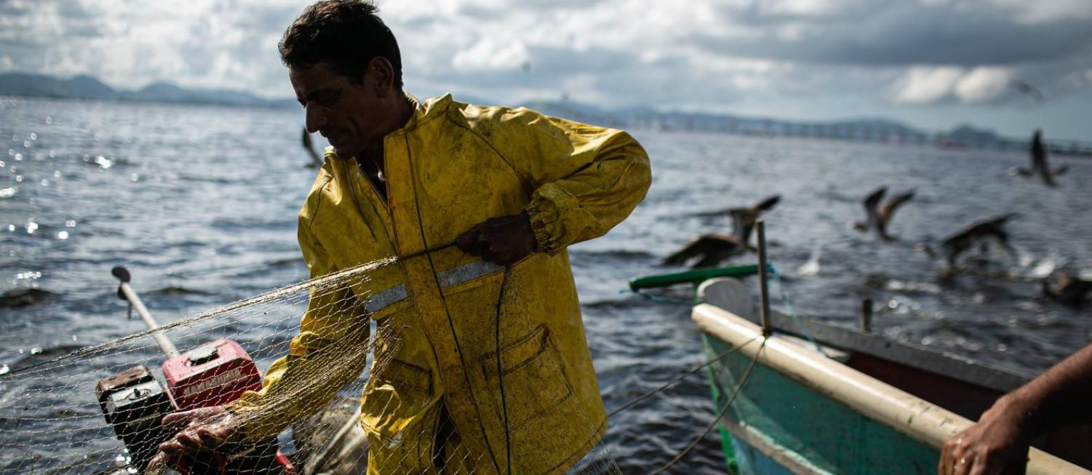 André Monteiro, de 52 anos, está há 17 no mar, e é um dos mais ativos na Colônia, com seu pequeno barco a motor Foto: Hermes de Paula / Agencia O GLOBO / Agência O Globo