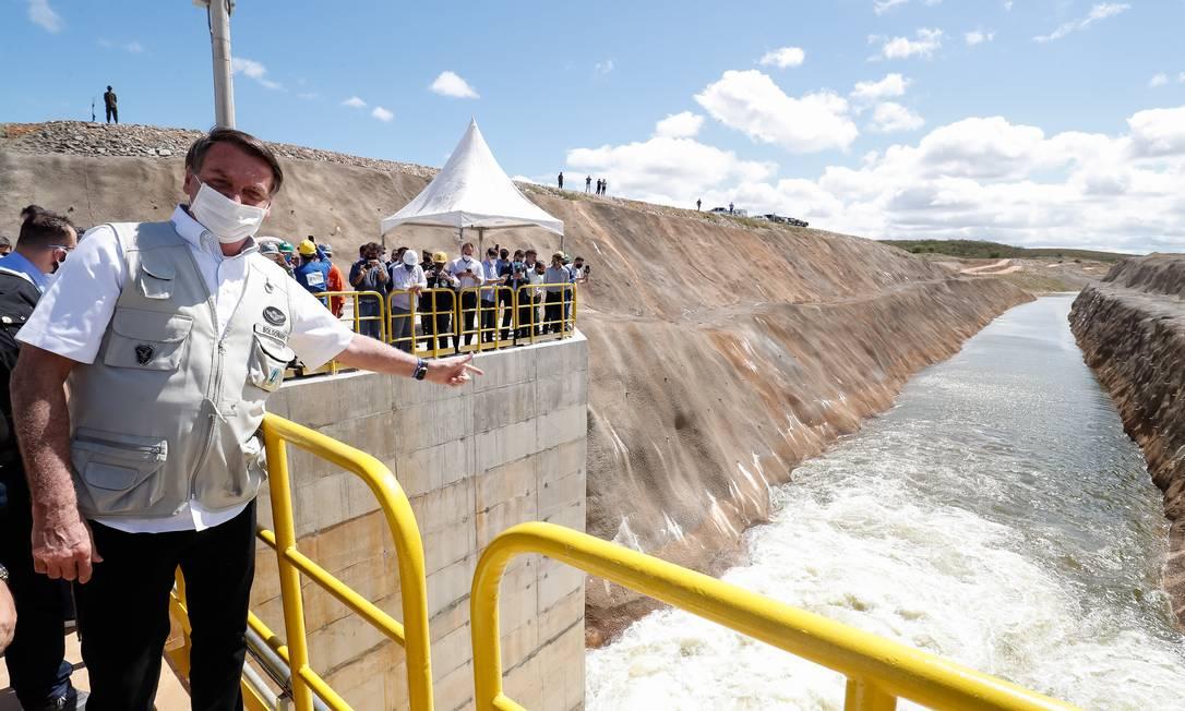 O presidente Jair Bolsonaro inaugurou canal de transposição do Rio São Francisco, em Penaforte, no Ceará. Verba para obras gera atritos entre membros do governo Foto: Alan Santos / Agência O Globo