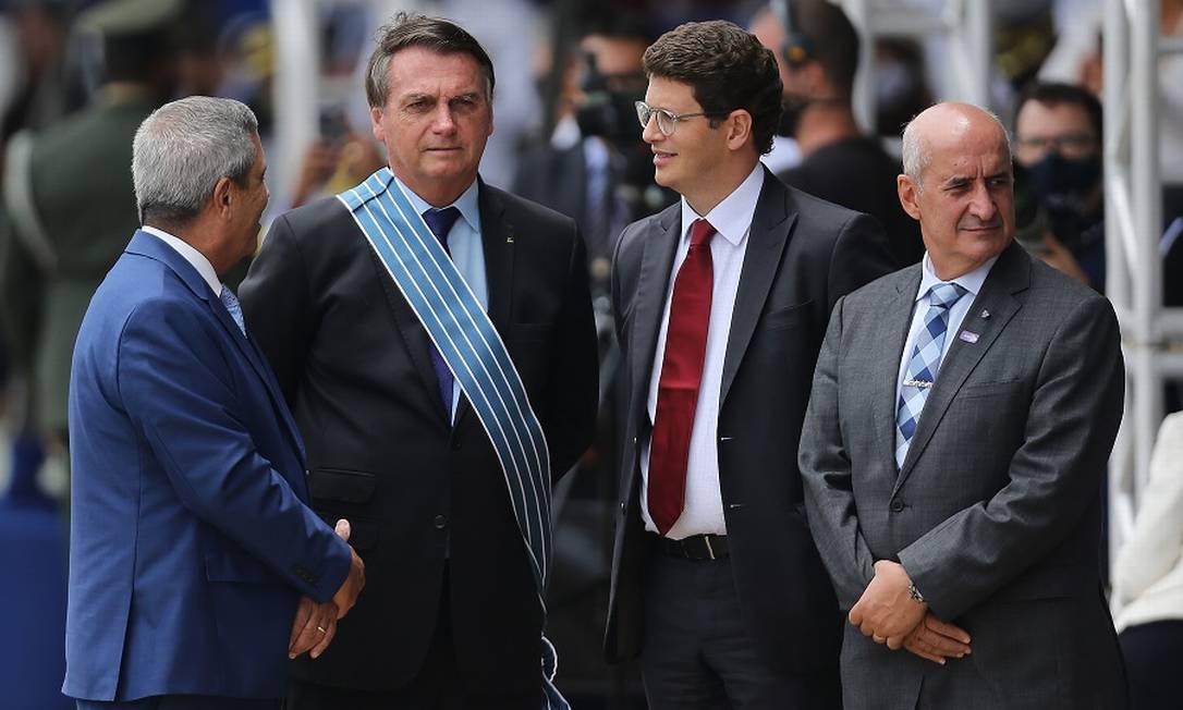 O presidente Jair Bolsonaro na apresentação dos caças Gripen, com os ministros Braga Netto, Ricardo Salles e Luiz Eduardo Ramos. Foto: Jorge William / Agência O Globo