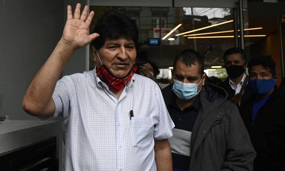 O ex-presidente boliviano Evo Morales acena ao sair após uma entrevista coletiva em Buenos Aires Foto: JUAN MABROMATA / AFP/22-10-2020