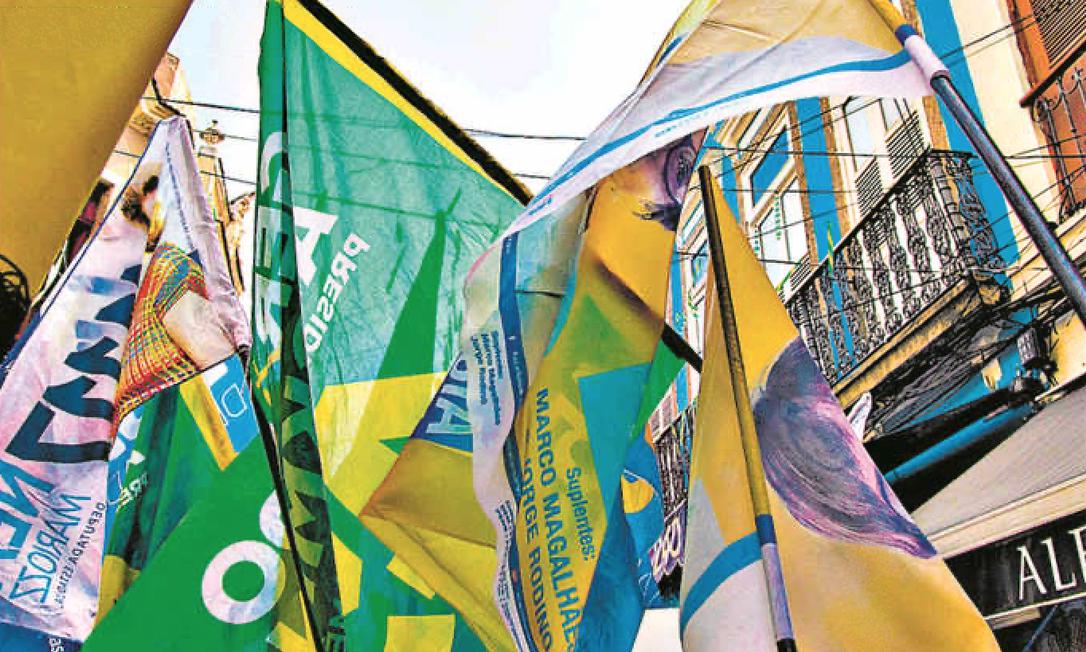 Bandeiras durante campanha; média das doações é R$ 650, equivalente a uma parcela do auxílio Foto: Leo Martins