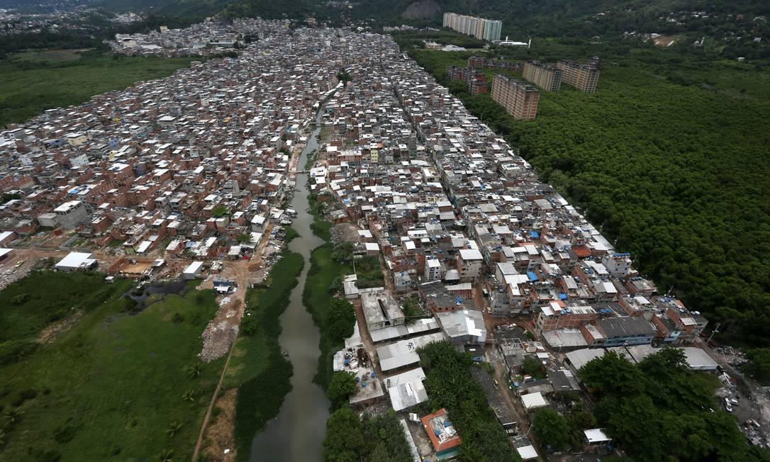 Na primeira comunidade do Rio controlada por uma milícia, um acordo entre paramilitares e traficantes permitiu a instalação de ponto de venda de drogas num trecho às margens da Lagoa da Tijuca, conhecido como Areal Foto: Custódio Coimbra / Agência O Globo