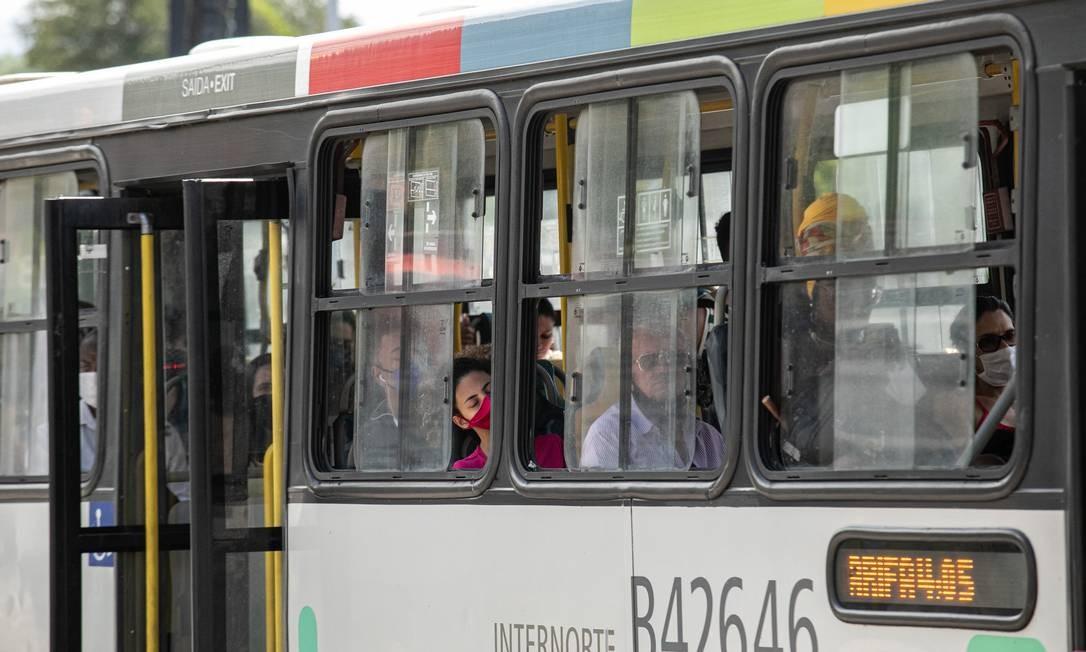 Ônibus no Rio: os que têm aparelho de ar condicionado, desligaram. Na foto, um coletivo da linha 457 - Abolição / Copacabana Foto: Brenno Carvalho / Agência O Globo