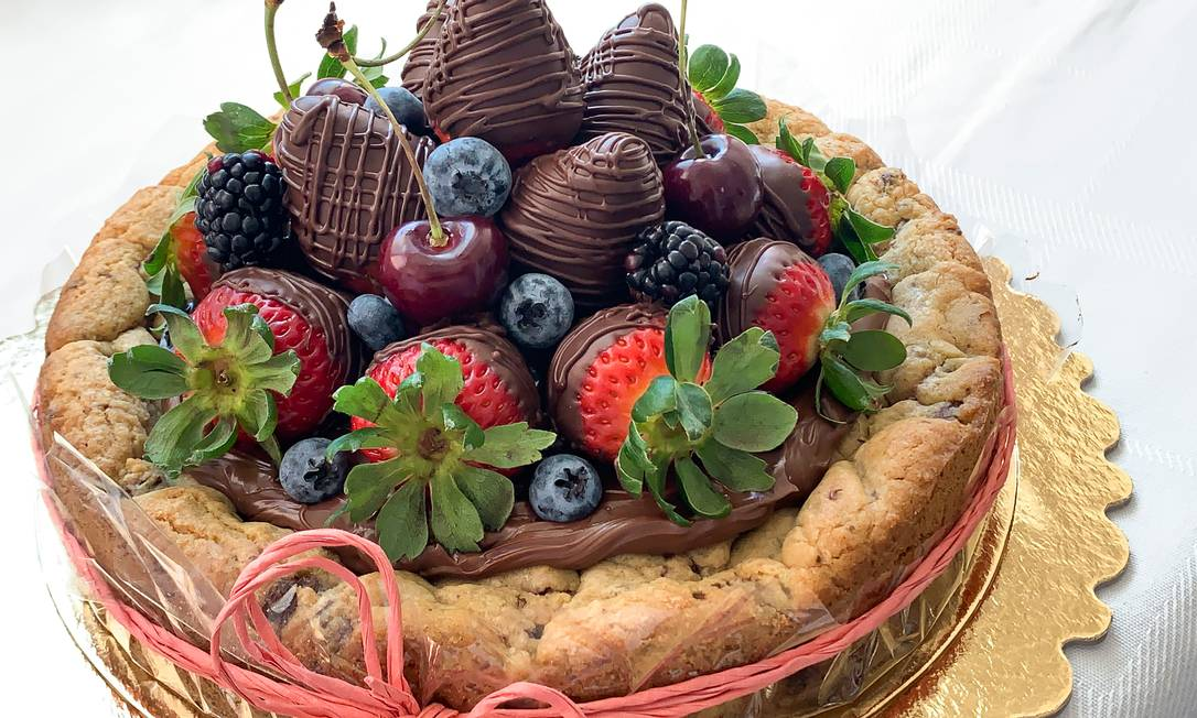 Bolo de biscoito. A aposta da Monsieur Cookies é o Cookie Cake, recheado com chocolate e finalizado com bombons de morango e frutas exóticas. A partir de R$ 160 Foto: Divulgação / .