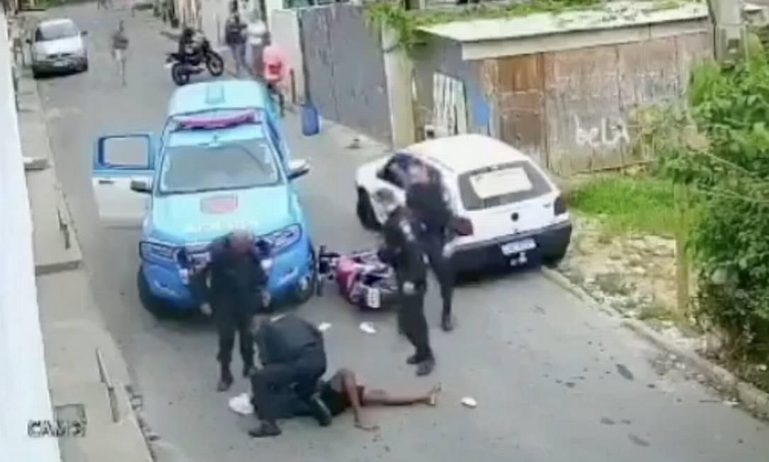 Imagens de vídeo mostram jovem sendo agredido por policiais militares na Vila Carangola, em Petrópolis. Foto: Reprodução