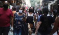 Pessoas andam com máscaras no Saara, centro de comércio popular no Rio Foto: PILAR OLIVARES/REUTERS/7-10-2020
