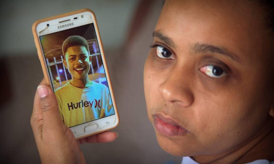 """Rafaela mostra a foto do filho João Pedro, morto durante operação policial em São Gonçalo, há cinco meses: """"A saudade só aumenta"""" Foto: Roberto Moreyra / Agência O Globo"""